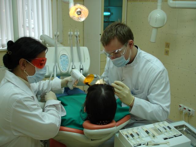 Во время беременности женщине необходимо посещать стоматолога