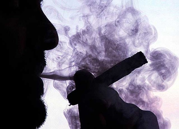 Жизнь с курильщиком может привести к инсульту