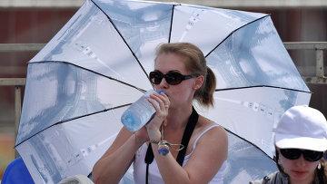 Кардиологи советуют в жару пить теплую воду и есть растительную пищу
