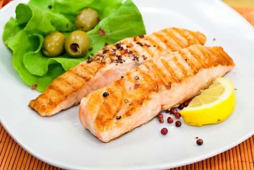 Женщины, регулярно употребляющие в пищу жирную рыбу, на 90% меньше подвержены инсультам