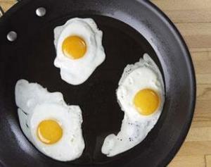 Употребление жареных яиц способствует понижению давления