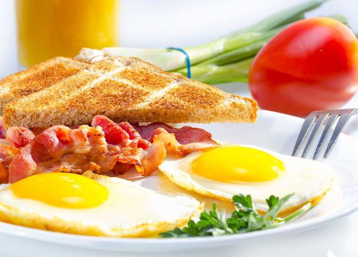 Секрет низкого холестерина кроется в плотном завтраке и легком ужине