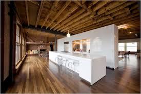Деревянный потолок в оформлении кабинета