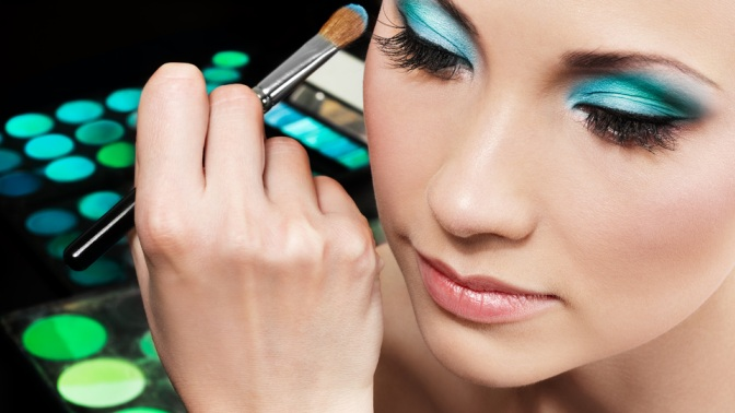 Уход за лицом и нанесение макияжа