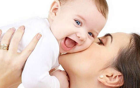 Полезные позиции держания младенца