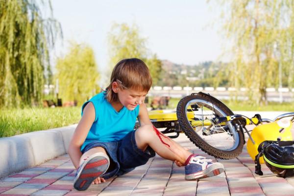 Распространенные травмы у детей: что делать родителям?