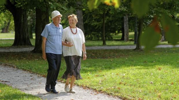 Замедленная скорость ходьбы в пожилом возрасте может указывать на сердечные заболевания