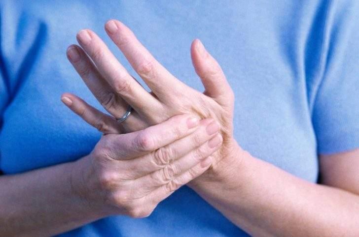 Врачи объяснили, почему могут неметь руки