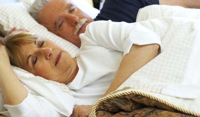 Врачи подсказали, какая поза для сна опасна для «сердечников»