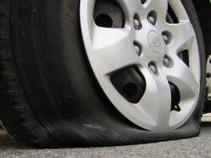 По каким причинам могут сдуваться автомобильные шины