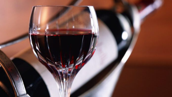 Медики объяснили, как красное вино влияет на сердце