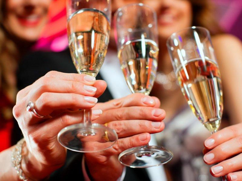 Врач рассказал, можно ли гипертоникам и «сердечникам» пить шампанское
