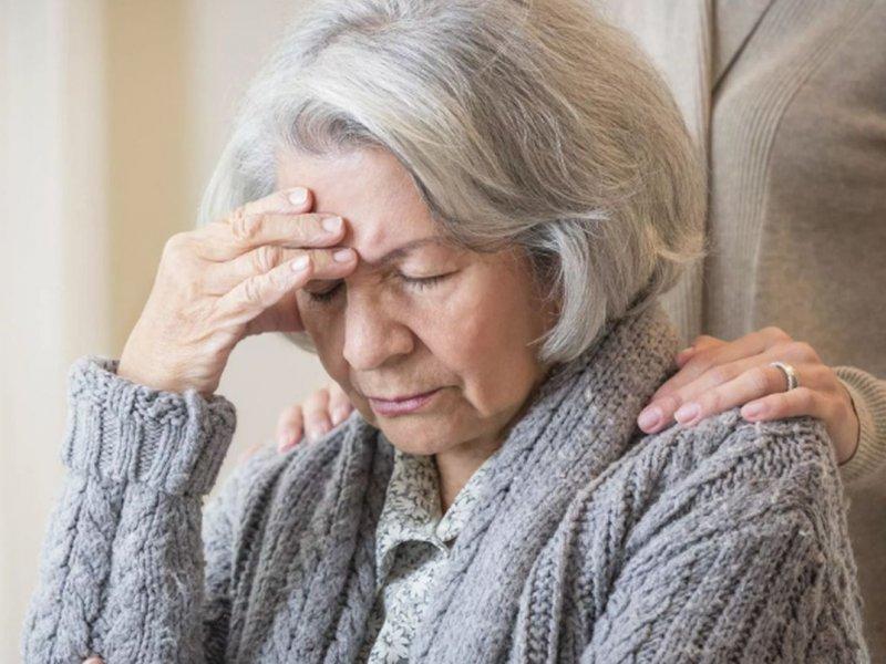Особая забывчивость и нежелание общаться: названы ранние признаки деменции