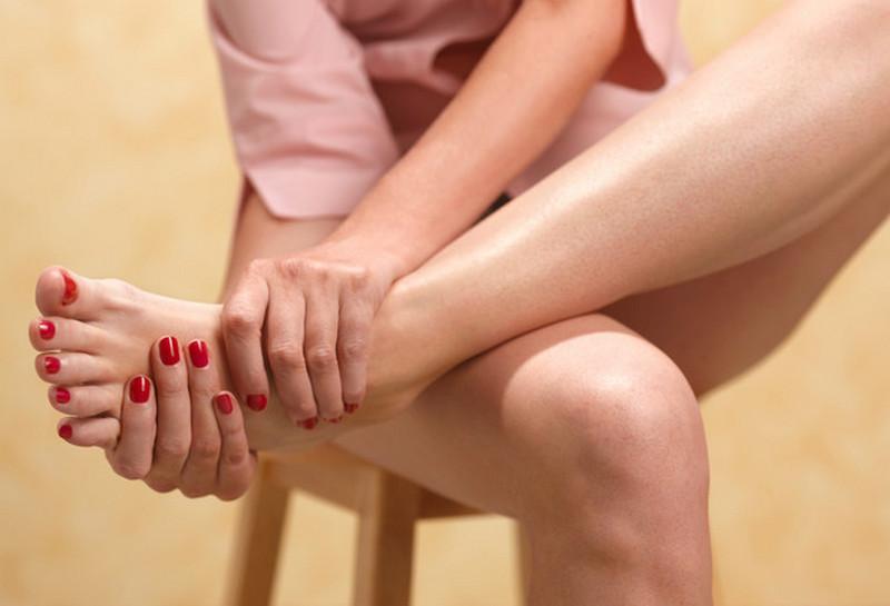 Медики объяснили, почему в жару отекают ноги и как с этим бороться