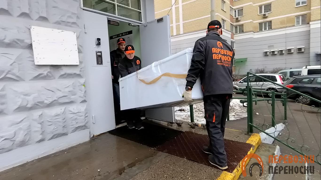 Перевозим старый холодильник на дачу: в каком положении это делать